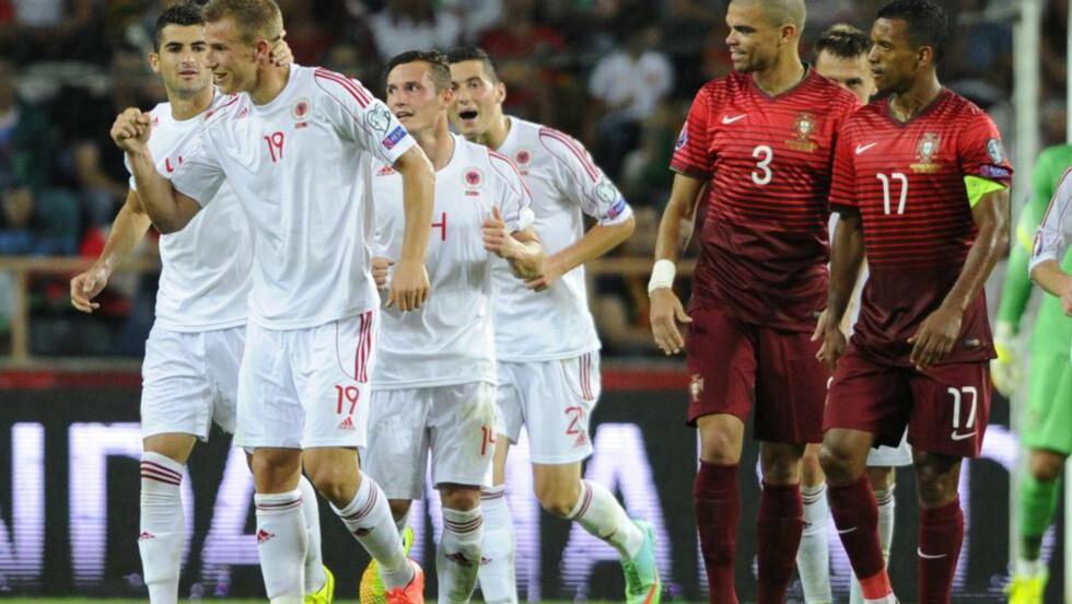VANT: Albania tok en sjokkerende seier mot Portugals stjernelag. Her ser vi Pepe og Nani reagere etter at Albania har scoret. Foto: AFP PHOTO/ MIGUEL RIOPA