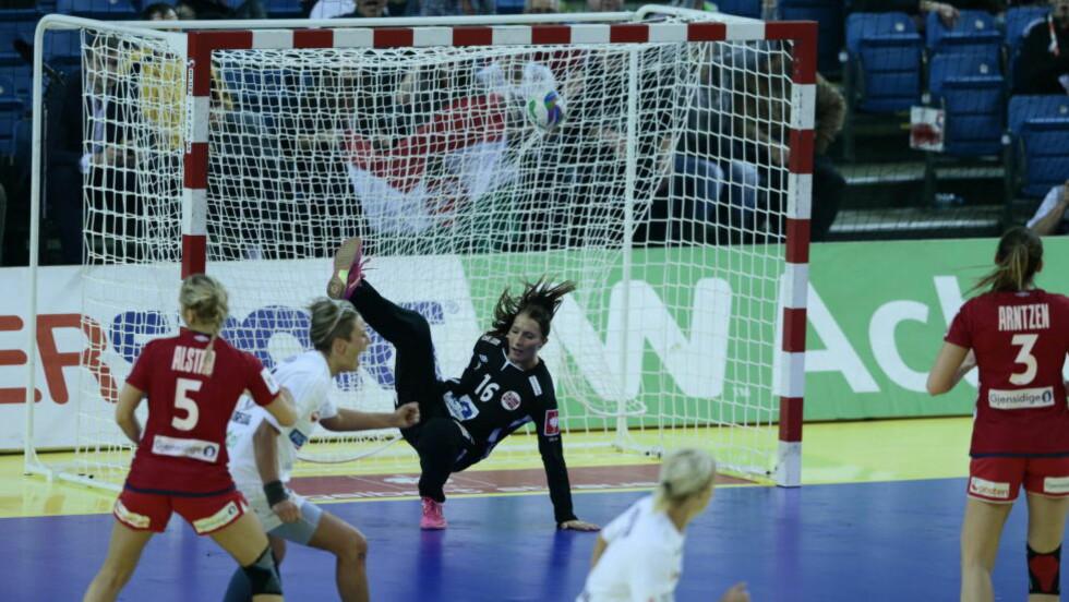 SENKET: Norge og målvakt Emily Stang Sando klarte ikke stoppe Ungarn. Norge gikk på sitt første tap i EM. Foto: Bjørn Langsem / Dagbladet