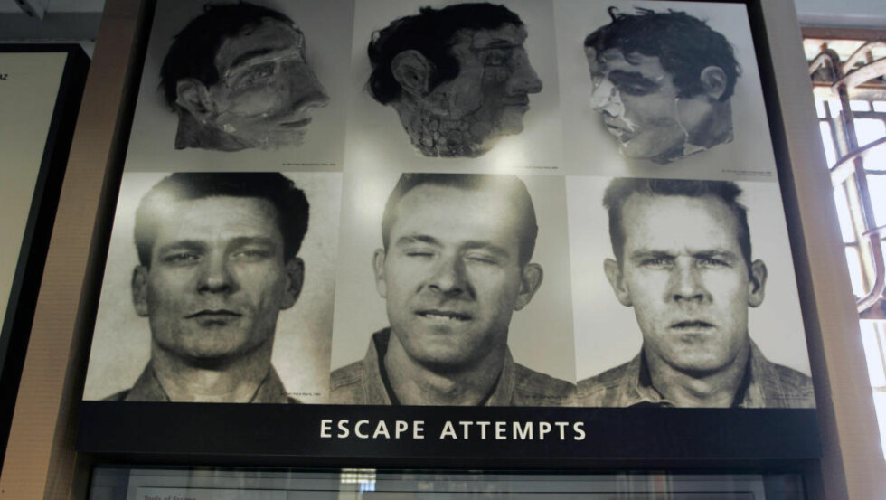 RØMLINGER: Uansett om de døde eller overlevde, er det ingen som har sett de tre Alcatraz-fangene siden den rømningsgåten i 1962. De tre hodene over bildene av fangene, er de falske hodene de konstruerte og gjemte i senga før de rømte. Foto: AP Photo/Eric Risberg/NTB Scanpix