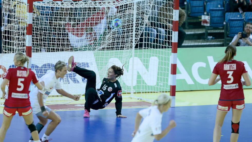 SENKET:  Emily Stang Sando spilte nesten hele kampen i det norske målet, til tross for at hun var syk i går. Verken Sando eller Silje Solberg var tilgjengelig for pressen etter kampen. Foto: Bjørn Langsem / DAGBLADET