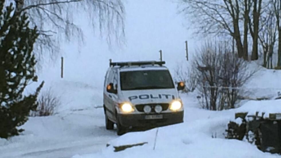 DREPT: Politiet sperret av områdetet i Ulsåk i Hemsedal etter at en person mandag ble funnet død. Foto: Line Sandvik / Hallingdølen / NTB Scanpix