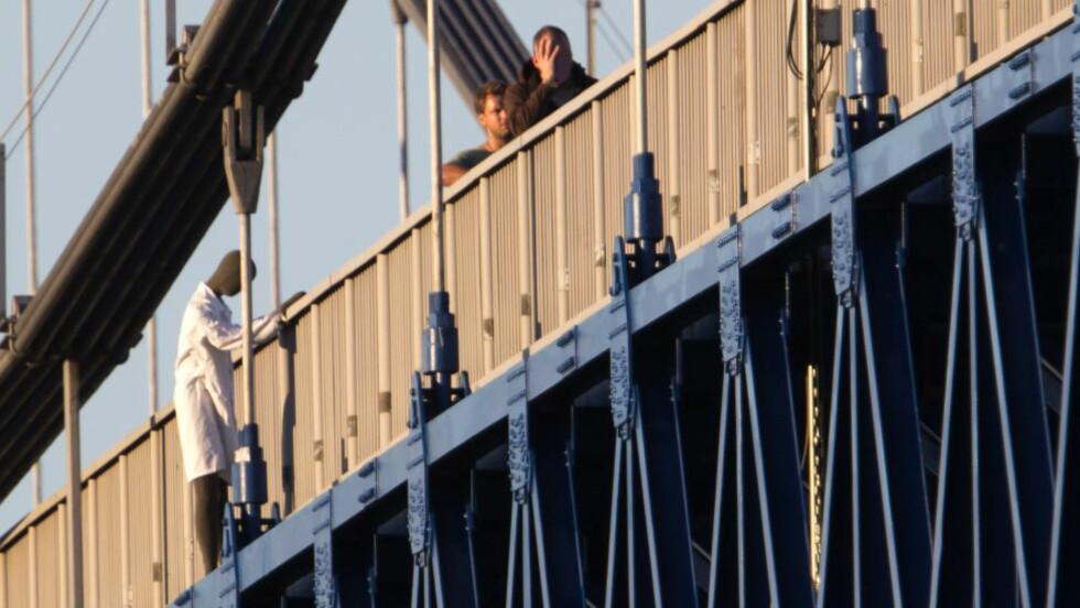 - HOPPET OVER REKKVERKET: Fra rekonstruksjonen i fjor. Politimannen (t.h.) sier Bråthen benyttet anledningen til å hoppe over rekkeverket etter at han snublet. Foto: PER FLÅTHE / DAGBLADET