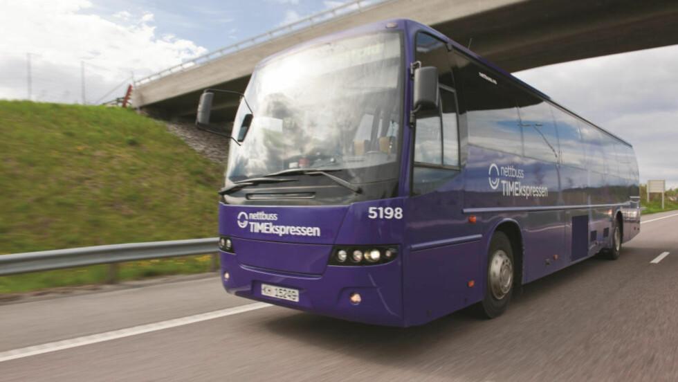 NESTEN FULL BUSS:  Det var en slik TIMEekspressen-buss med plass til 51 passasjerer som sjåføren kjørte på E6 da han fikk et illebefinnende onsdag morgen. Illustrasjonsfoto: Alexander Hagstadius, Nettbuss.