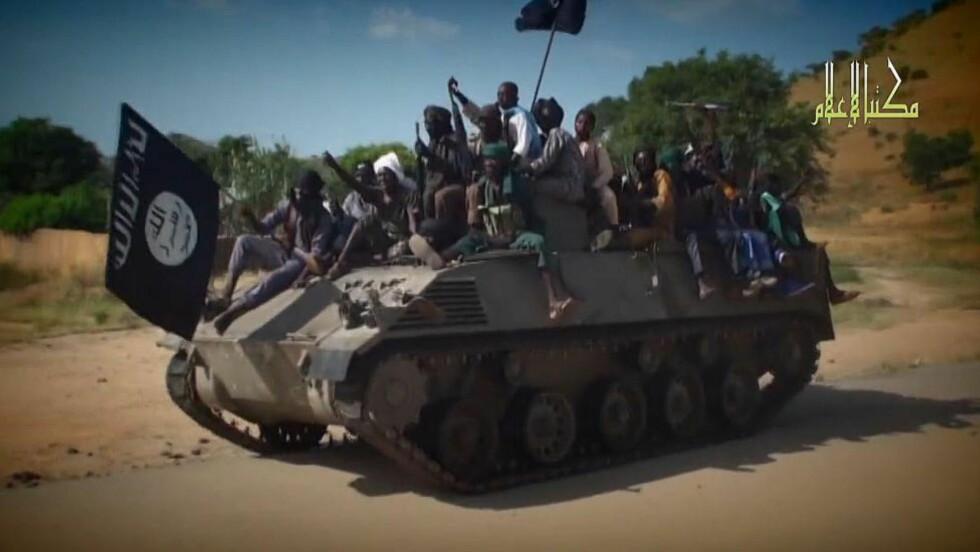 DREPER OG KIDNAPPER: Denne skjesmdumpen fra en video distribuert av Boko Haram i november, viser Boko Haram-krigere nordøst i landet, der den militante islamistgruppen søndag inntok en ny landsby. 32 ble drept og mange kidnappet. Foto: AFP PHOTO / HO / BOKO HARAM