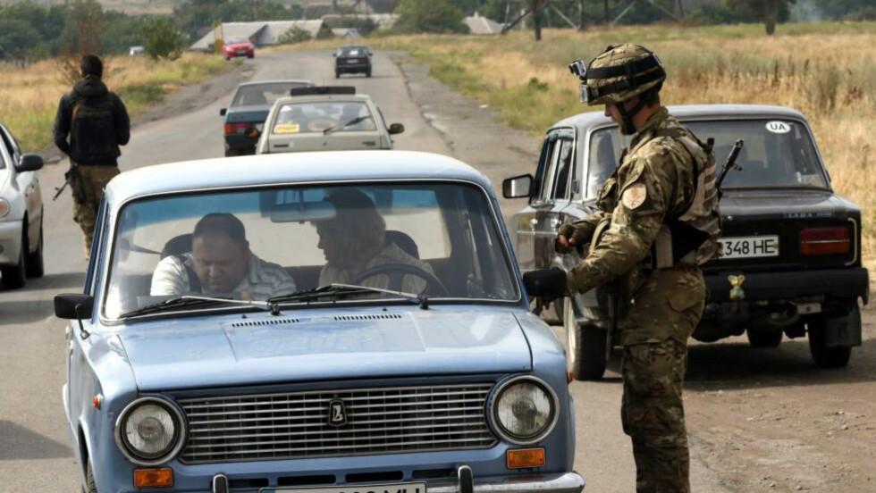 ØSTFRONTEN: Ukrainske styrker ved en kontrollpost i Mariupol i Ukraina. Foto: EPA / ANATOLY MALTSEV / NTB scanpix
