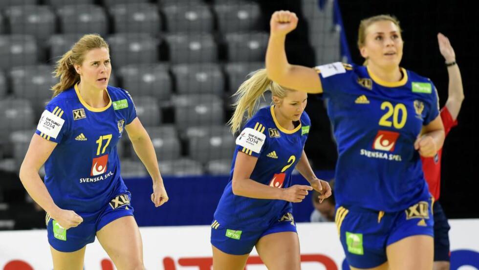 TRO OG RESPEKT: Linnea Torstensson (venstre) advarer mot Norges styrker, men både hun, Isabelle Gulldén (nummer 20) og de andre svenske jentene har virkelig tro på finaleplass. Foto: SCANPIX/EPA/GEORGI LICOVSKI