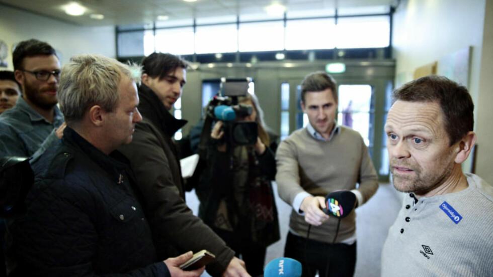 SMÅSYKDOM: Landslagstrener Thorir Hergeirsson snakker med pressen i Budapest. Foto: Bjørn Langsem