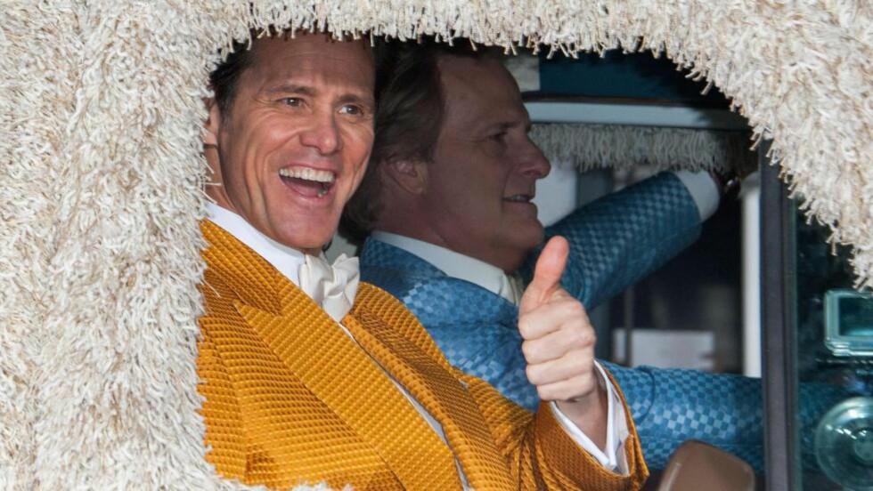 I SITT ESS: Jim Carrey og Jeff Daniels er igjen dummere og dummere i filmen «Dumb and Dumb To» og Jim Carrey er aleine verdt en stilstudie i hvordan ansikt - og kroppshumor skal utføres. Foto: AFP/NTB Scanpix