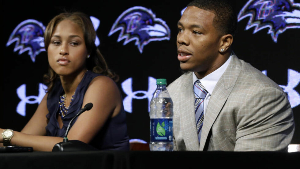 SPARKET:  Baltimore Ravens' running back Ray Rice har fått sparken etter at en video, som TMZ offentliggjorde i dag, viser at han slår ned sin kone Janay Palmer (t.v). Foto: AP Photo/Patrick Semansky.