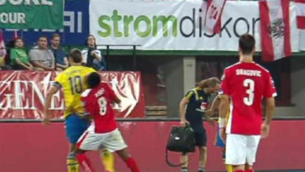 ALBUE:  Østerrikerne mener Zlatan Ibrahimovic burde blitt utvist for denne albuen som traff Daniel Alaba i ansiktet. Skjermdump: Max.