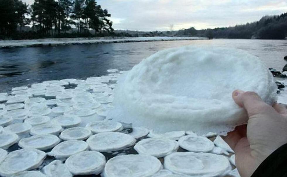 NATURFENOMEN: I denne elva i Skottland flyter noe som ligner pannekaker av is. Foto: The River Dee Trust