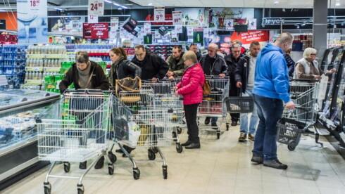 JULERUSH:  Selv om den norske krona var mindre verdt enn vanlig, var det mange som valgte å ta julehandelen på Maximat på Svinesund onsdag formiddag. Ingen Dagbladet snakket med var bekymret for kronekursen. Foto: Thomas Rasmus Skaug / Dagbladet