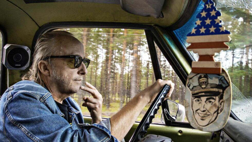 AMERIKANER: Biler og Kongsvinger spiller ofte en rolle i Levi Henriksens bøker, her ser vi ham i begge. Foto: Jørn H Moen / Dagbladet