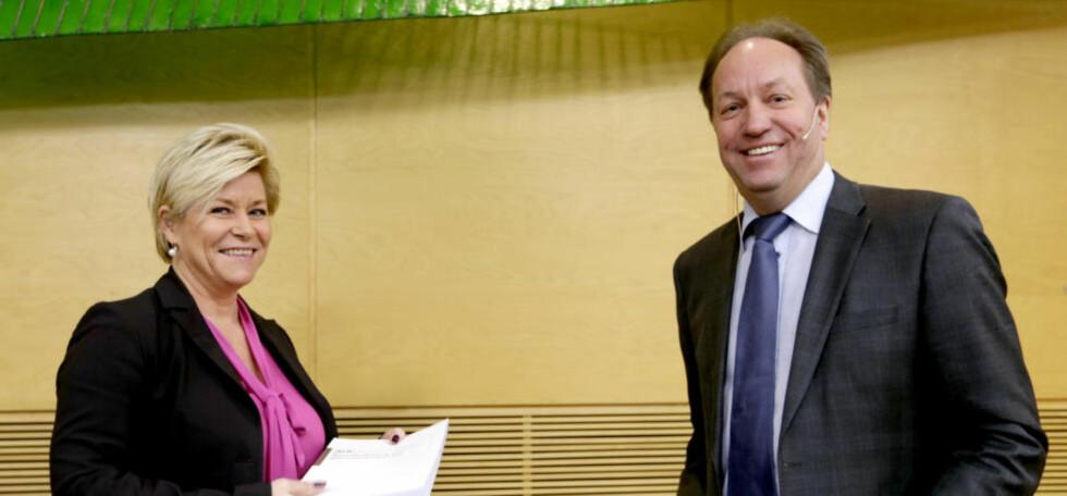 DE PENGA: Leder av skatteutvalget, Hans Henrik Scheel, her under overleveringen av utvalgets rapport til finansminister Siv Jensen (Frp). Foto: Vidar Ruud / NTB scanpix