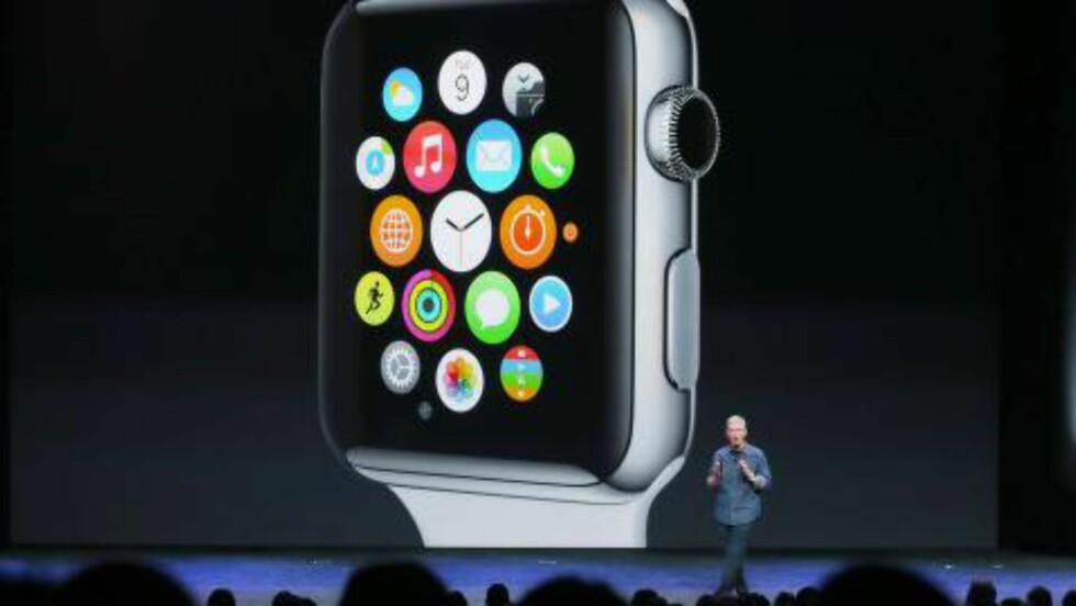 STOR: Slik så det ut da Apple-sjef Tim Cook viste fram Apple Watch i dag. Foto: Scanpix
