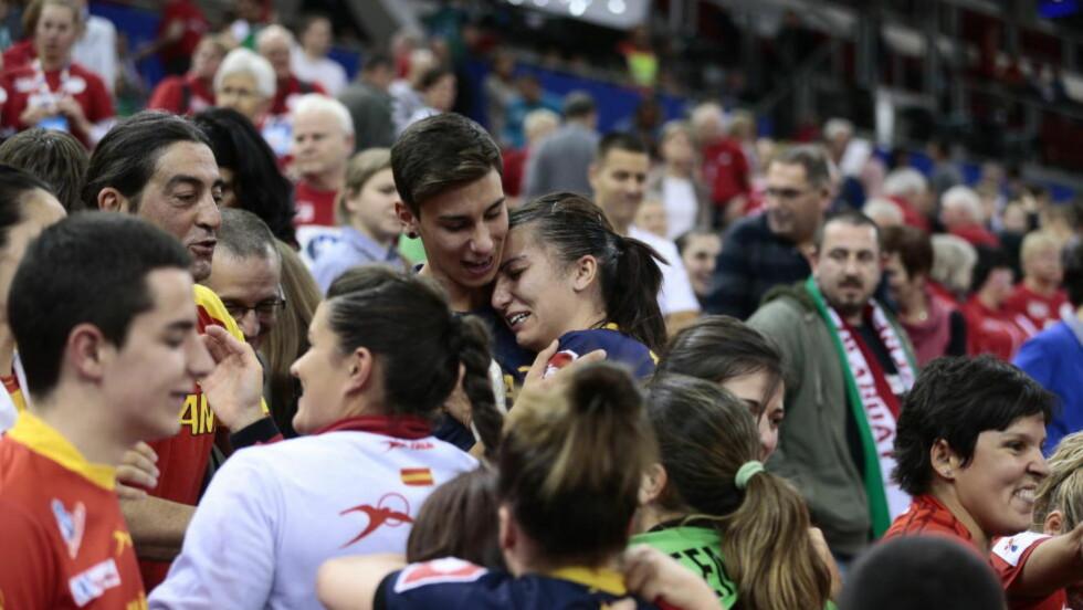 GLEDE OG TÅRER: Spania-stjerna Elisabet Chavez fant lillebror blant publikum etter kampen og lot tårene trille. Foto: Bjørn Langsem