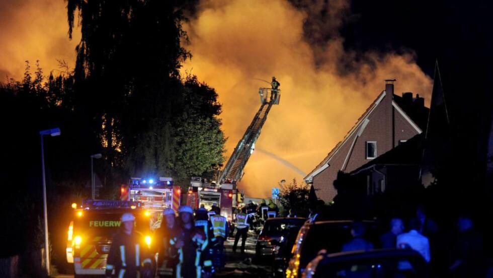 EKSPLOSJON:  Flere bygninger står i brann på fabrikkområdet Ritterhude nord for Bremen. Foto: EPA/INGO WAGNER/NTB Scanpix