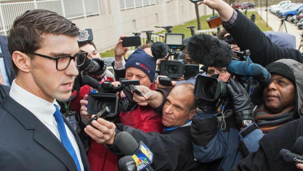 BEKLAGER: Michael Phelps sa at han beklaget oppførselen sin da han møtte pressen utenfors rettslokalet i dag.  AFP PHOTO/PAUL J. RICHARDS