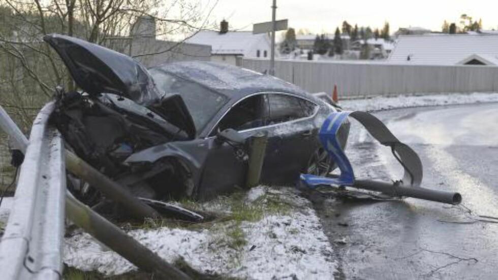 ULYKKESSTEDET: De sørgelige restene av bilen til Petter Northug som braste inn i autovernet i general Bangs vei i Trondheim tidlig på morgenen den 4. mai. Foto: Henrik Sundgård / NTB scanpix