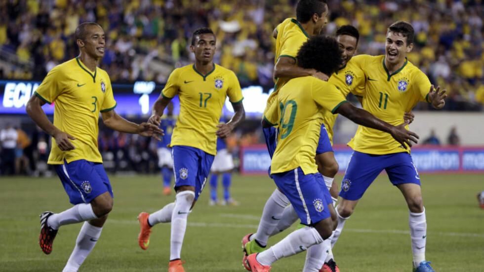 VANT: Willian feirer sammen med lagkameratene etter å ha gitt Brasil ledelsen over Ecuador. Det ble også kampens eneste scoring. Foto: AP Photo/Julio Cortez/NTB Scanpix