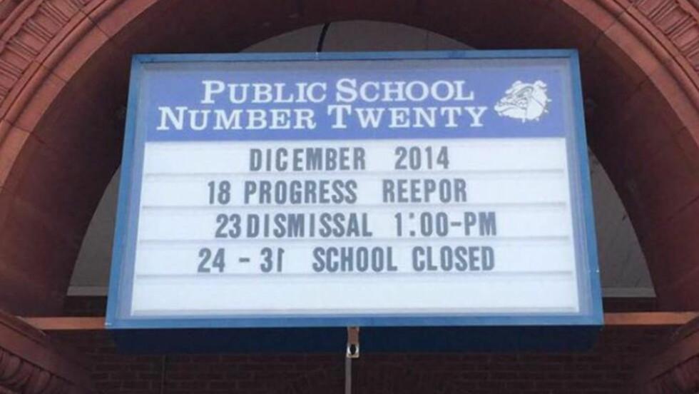 STRYK: Dette skiltet ble hengende i over en uke. Finner du alle feilene? Foto: Corey Teague