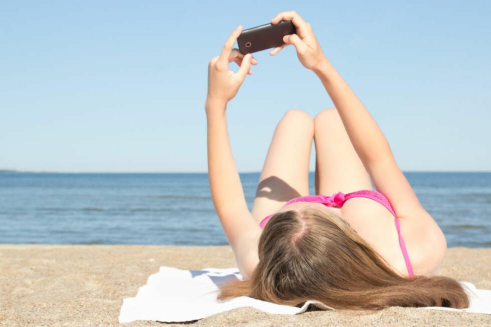 FERIEBILDER PÅ NETTET: Cirka 67 prosent sier de delte bilder eller hadde andre oppdateringer på sosiale medier i ferien, og at de gjorde det for å sende en feriehilsen til de hjemme. Nesten halvparten av de spurte mellom 16 og 25 år innrømmer at de la ut oppdateringer fra ferien for å snikskryte. Foto: COLOURBOX