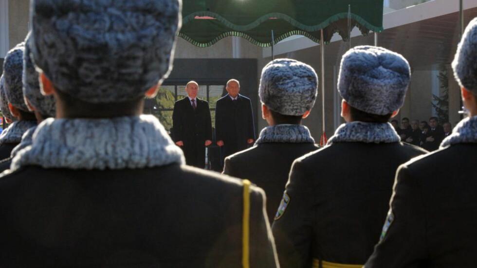 VALG I MORGEN:  Usbekistands president Islam Krimov, her sammen med Vladimir Putin i hovedstaden Tasjkent 10. desember, har stor innflytelse på parlamentet. EPA/MIKHAIL KLIMENTYEV / RIA NOVOSTI / KREMLIN POOL MANDATORY CREDIT