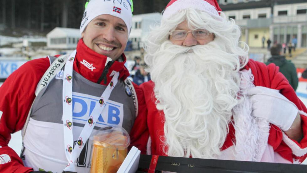 SNART JUL: Emil Hegle Svendsen har et ønske om å feire jul i gul trøye, og det ønsket kan gå i oppfyllelse etter at han i dag vant jaktstartet i Pokljuka, og tok over ledelsen i verdenscupen sammenlagt. I morgen er det fellesstart.   Foto: Primoz Lovric / NTB Scanpix