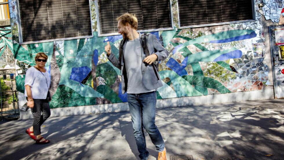 RYGGSEKKNORDMANN: Teaterregissør Alexander Mørk-Eidem savner den norske tur-mentaliteten, og tviholder på ryggsekken. Han mener han ikke kunne laget samme versjon av Peer GYnt om han ikke hadde bodd i et annet land. Her på Hornstull på Søder i Stockholm.