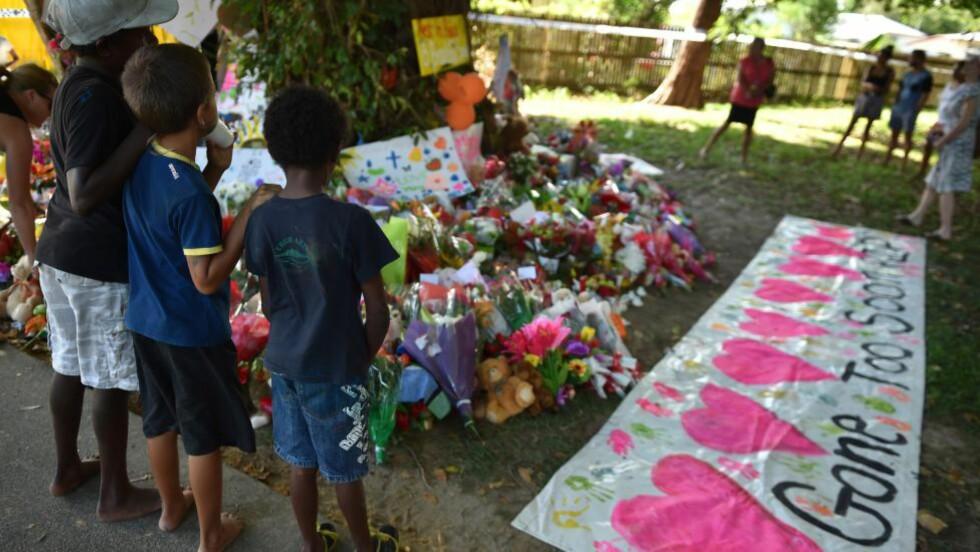 BKLE BORTE FOR TIDLIG:  Fra en minnemarkering i Cairns i Australia i går for de åtte drepte barna. Tegningen med åtte hjerter sier: Gone too soon, RIP - Ble borte for tidlig, hvil i fred. Foto: Peter Parks, AFP/NTB Scanpix.