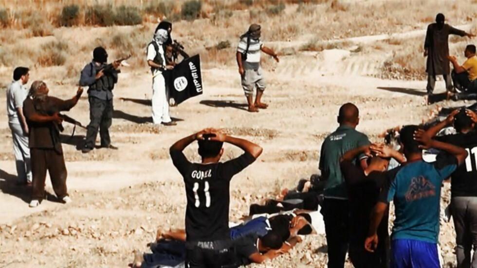 SKAL HA HENRETTET 100:  Bildet viser angivelig en massehenrettelse i Irak i sommer. Nå skal IS ha henrettet 100 utenlandske krigere. FOTO: NTB SCANPIX
