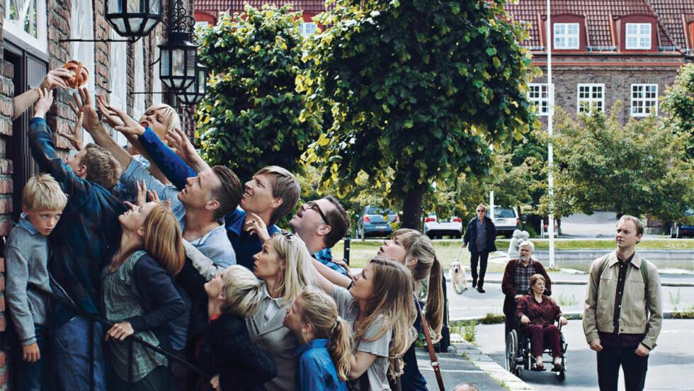 """Livet er en kamp: Dramaserien """"Kampen for tilværelsen"""" gir et humoristisk skråblikk på hvordan vi har det i Norge i dag - egentlig. Vi er tilsynelatende vellykkede og fornøyde her på toppen av verden, og likevel er livet en kamp. Hva skjer når man er på et nivå hvor problemer egentlig ikke burde finnes? Jo, man begynner å lage sine egne. Foto: Thomas Ekstrom/NRK Drama"""