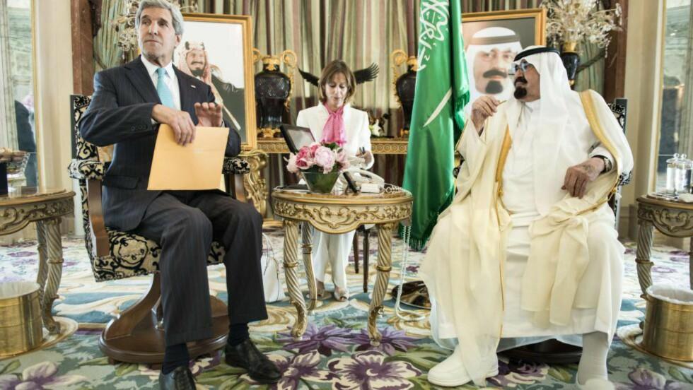 I SAMTALER:  Utenrikminister John Kerry ankommer etter planen Saudi-Arabia torsdag morgen, for å diskutere strategien for å bekjempe Den islamske stat. Til høyre i bildet er Saudi-Arabias kong Abdullah. Bildet ble tatt under et møte 27. juni i år. Foto: AFP Photo/Brendan SMIALOWSKI/POOL