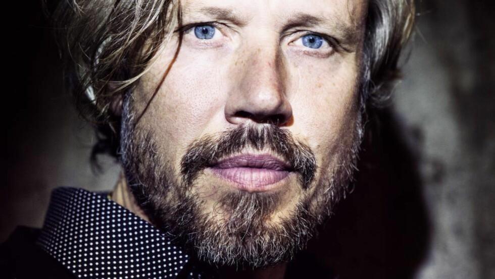 KRIMDEBUT: Den svenske forfatteren Carl Johan Vallgren prøver seg på krimsjangeren for første gang. Foto: GYLDENDAL / CAROLINE ANDERSSON