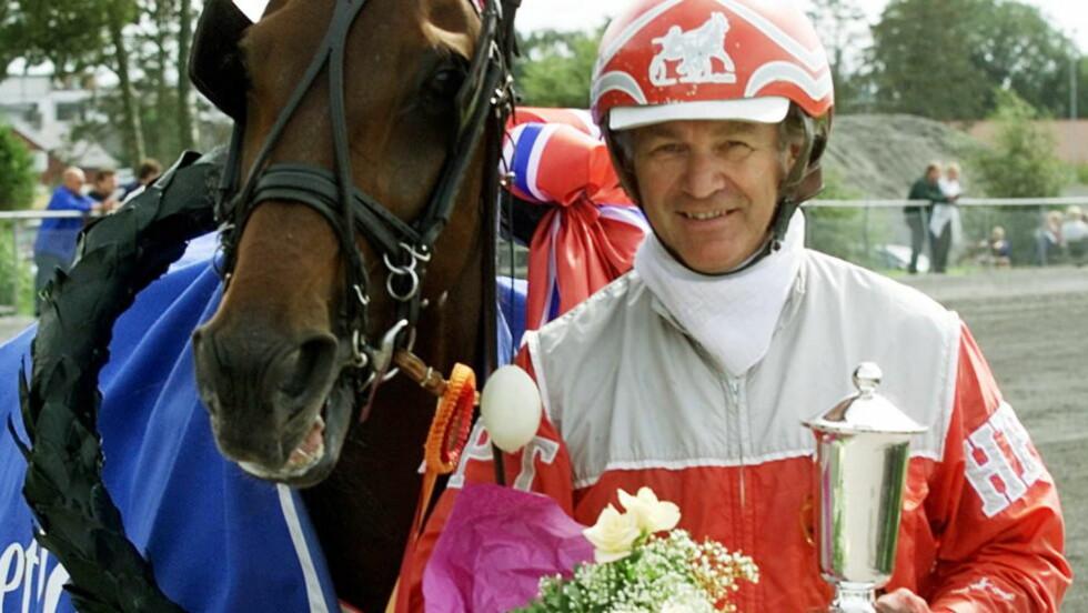 DØD:  Travkusken Hans Petter Tholfsen er død. Han ble 67 år gammel og ligger på en femteplass i adelskalenderen med 3986 seirer. Dette bildet er fra 2001. Foto: Anders Kongsrud.