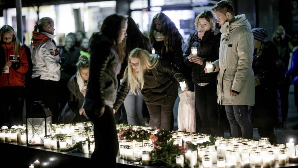 SAMLET SEG: Innbyggerne i Årdal samlet seg dagen etter drapet foran rådhuset for å legge ned blomster, tenne lys og minnes de døde om bord i Valdresekspressen. Noen forklaring på hvorfor mannen drepte tre personer, får de kanskje aldri. Foto: Sveinung U. Ystad, Dagbladet