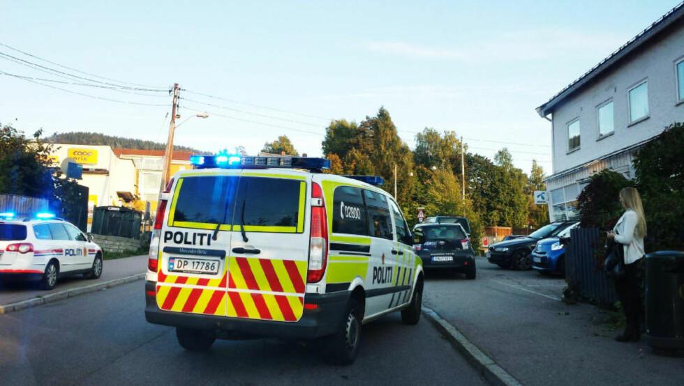 POLITIET TIL STEDET: Politiet har rykket ut med tre patruljebiler til åstedet ved Coop Prix-butikken på Kjelsås. Foto: JON REIDAR HAMMERFJELD