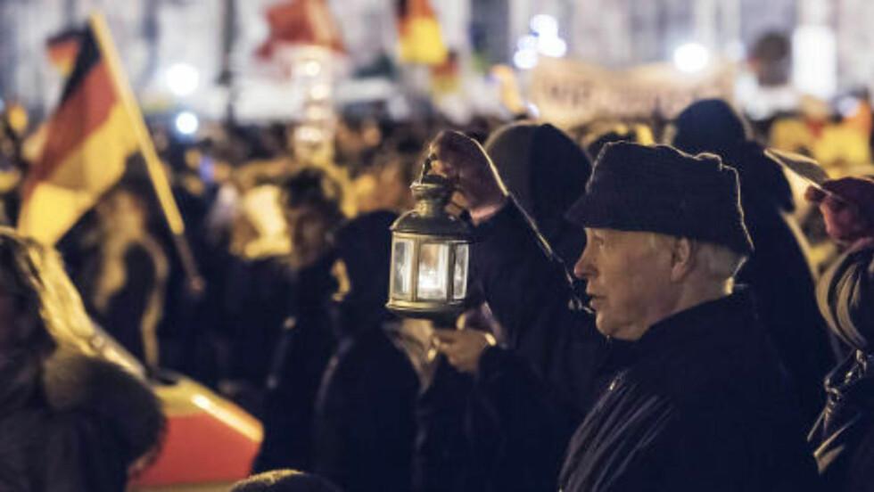 SANG JULESANGER: Deltakerne fra gruppa Patriotiske europeere mot islamiseringen av Vesten sang julesanger under demonstrasjonen i dag. Foto: Jens Meyer / AP / NTB Scanpix