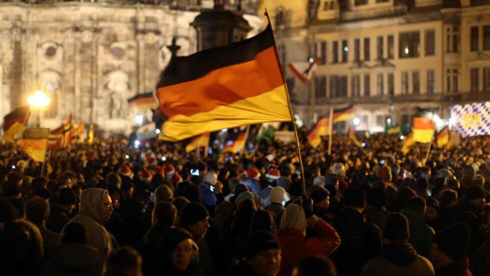 PROTESTERER: Noen av de 17 000 som demonstrerte mot islam i Dresden i dag. Foto: Kay Nietfeld / AFP / NTB Scanpix