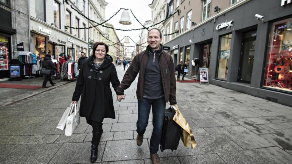 IKKE SÅ ULIKE: Etter 22 års samliv holder fortsatt Jacqueline og René Beyer hender ute på gata. De har litt ulikt temperament, han vil gjerne bestemme. Men at de ville bo i Norge, var det tyske ekteparet enige om. Foto: HANS ARNE VEDLOG