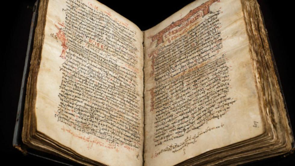 UNDERTEKST: I manuskriptet Codex Zacynthius finner vi Lukasevangeliet, slik det ble skrevet på 600-tallet. Manuskriptet, av dyreskinn, ble vasket og overskrevet på 1300-tallet, men den originale teksten kan fortsatt sees som rød tekst, bak den mer fremdtredende svarte teksten. Foto: Cambridge University Library