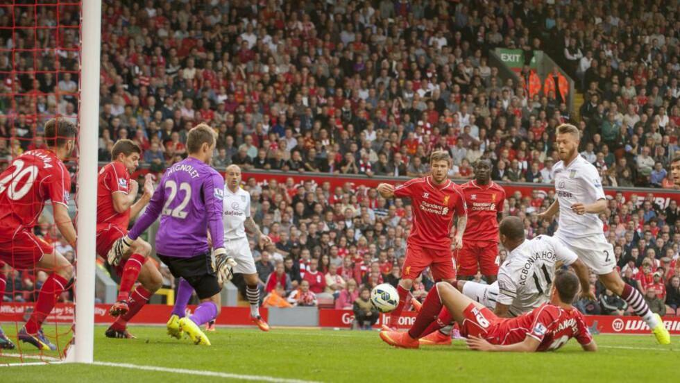 SCORET: Gabriel Agbonlahor ble matchvinner med sin tidlige scoring i kampen mot Liverpool. Foto: EPA/PETER POWELL