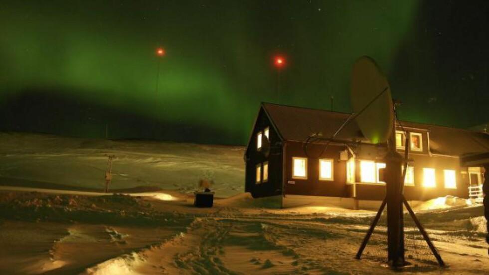 LANGT HJEMMEFRA: Fire personer overvintrer på Hopen meteorologiske stasjon på Svalbard. De forteller om en spesiell julekveld i den arktiske isolasjonen. Foto: hopenmeteo.no
