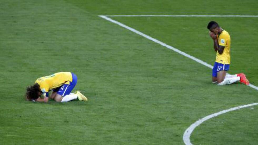 FORTVILER: David Luiz og Luis Gustavo fortviler etter at Tyskland har sendt dem ut av VM med de smått ydmykende sifrene 7-1. Foto: NTB Scanpix
