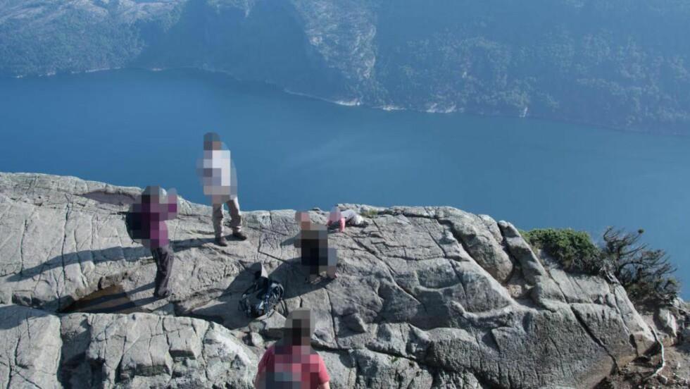 NÆR KANTEN: I følge Fred Sirevåg, som har tatt bildet, er det 600 meter ned fra dette stupet, som befinner seg like ved Preikestolen i Lysefjorden. Babyen befinner seg like ved kanten av stupet. Foto: Fred Sirevåg
