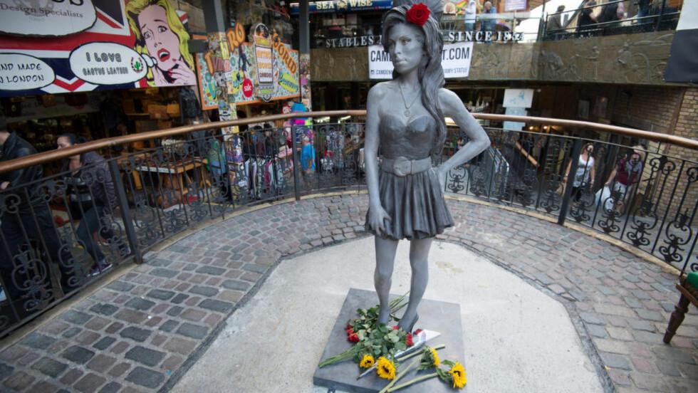 HJEMME I CAMDEN: Søndag, samme dag som Amy Winehouse ville ha fylt 31 år, ble en statue av den avdøde artisten avduket i Camden, London. Foto: AP / NTB scanpix