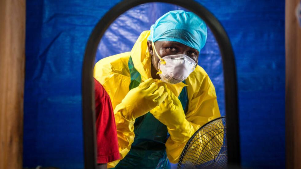 EBOLA-BEHANDLING:  Vi sikrer oss selv best mot Ebola ved å dra ut i verden og bekjempe det der det er, mener nødhjelpskoordinator Lindis Hurum i Leger uten grenser. Her et bilde fra et Ebola-behandlingssenter i Sierra Leone. Foto: Michael Duff / AP / Scanpix