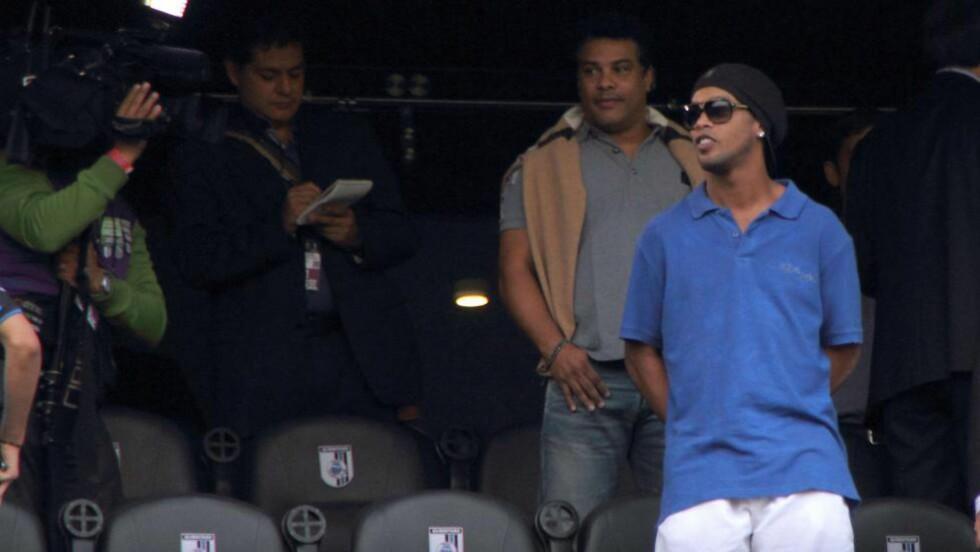 FORNÆRMET AV POLITIKER: Ronaldinho på tribunen i Mexico, der han allerede har skapt overskrifter. Foto: SCANPIX/AFP/ADID JIMENEZ