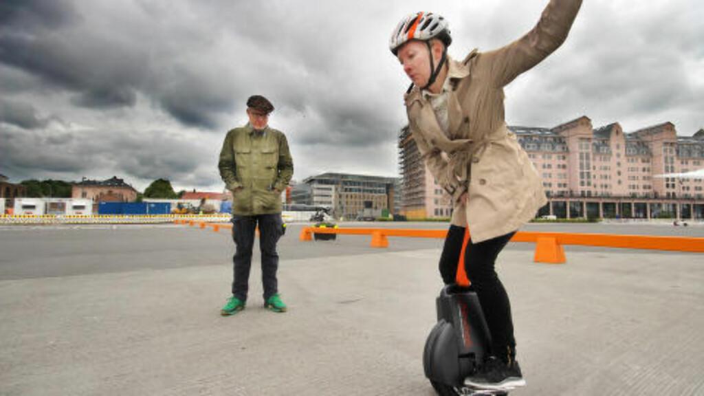 AIRWHEEL: Det krever ganskemye øving og balanse å holde seg oppe på en selvbalanserende enhjuling. Foto: OLE PETTER BAUGERØD STOKKE