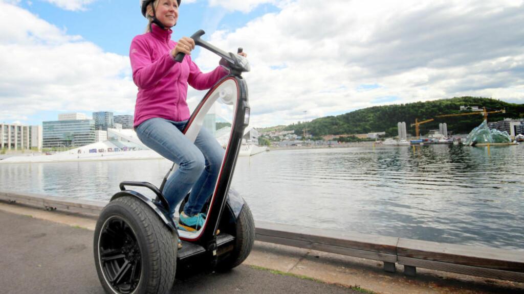 SITT OG KJØR: X-robot er blant de mer spesielle ståhjulingene vi har testet, den lar deg sitte og kjøre om du vil. Den svinger også på en annen måte enn de andre ... Foto: OLE PETTER BAUGERØD STOKKE